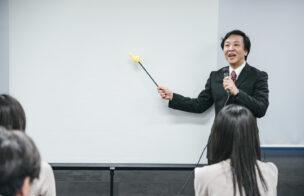 不動産投資のオーナーチェンジ物件のメリットとデメリットを話す講師のイメージ写真